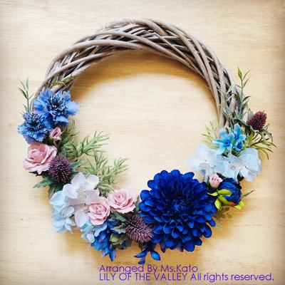 青い花のリースブーケ